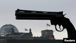 """Скульптура """"Ненасилие"""" перед зданием Рейхстага в Берлине."""