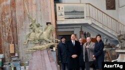 Prezident İlham Əliyev və xanımı Mehriban Əliyeva Koroğluya ucaldılacaq abidənin hazırlıq işləri ilə tanış olurlar. 21 yanvar 2010