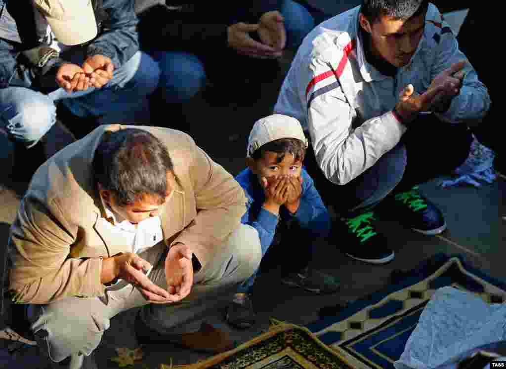 Таким образом Аллах испытывал Ибрахима. Когда жертва была почти принесена, Аллах сделал так, чтобы нож не смог резать На фото - российские мусульмане отмечают Куйран-Байрам