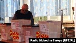 Локални избори 2017 - граѓани гласаат на гласачко место во Скопје.