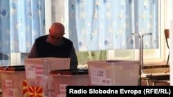 Граѓани гласаат на локалните избори во Скопје.