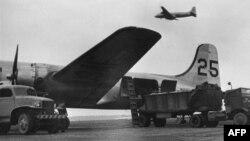 Погрузка самолетов для Берлинского воздушного моста во Франкфурте, июнь 1948 года