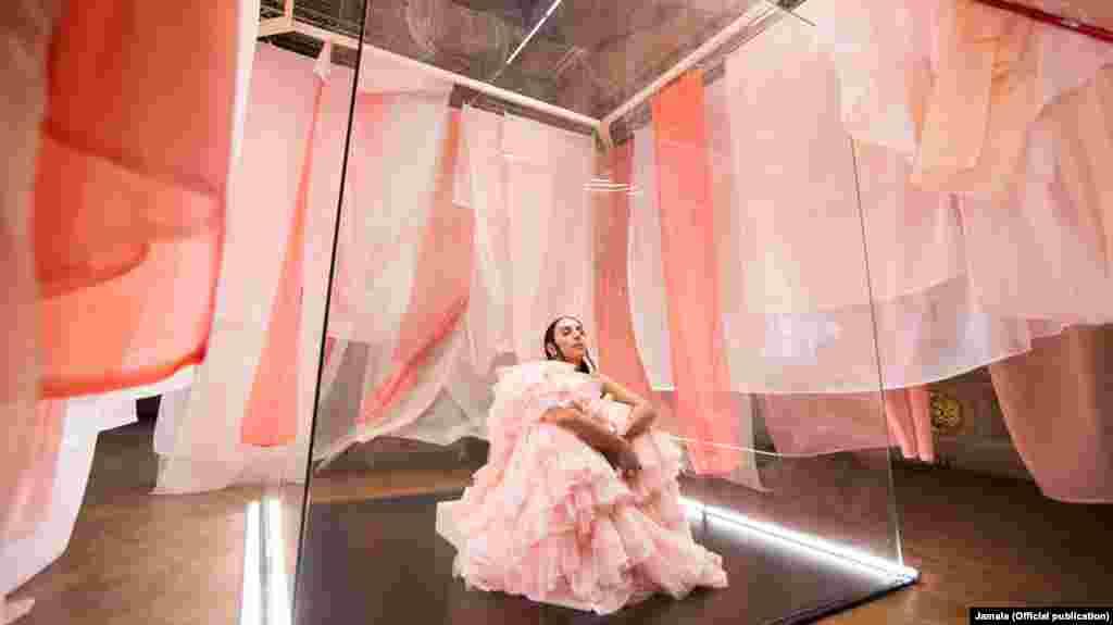 «Хрустальным замком» на съемках видеоклипа стал стеклянный куб