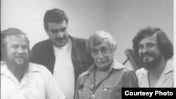 Писатели Петр Вайль, Сергей Довлатов, Виктор Некрасов и Александр Генис. Нью-Йорк. 1980-е.