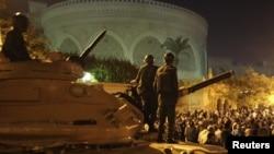 """جنود من الحرس الجمهوري المصري يقفون بمواجهة محتجين أمام القصر الرئاسي """"الإتحادية"""" في القاهرة"""