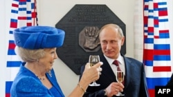 Президент России Владимир Путин с королевой Голландии Беатрикс в ходе визита в Амстердам, 8 апреля 2013 года.