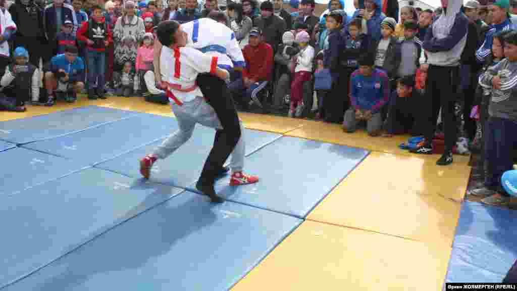 В поселке Караоткел в этот день поставили юрту и проводят соревнования по национальным видам спорта.