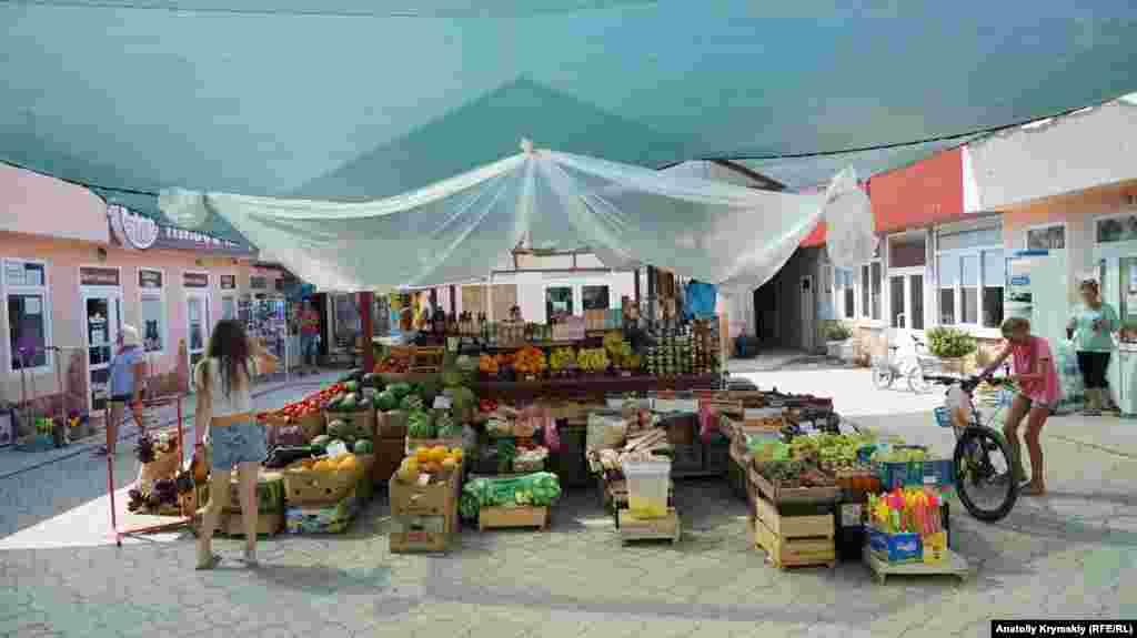 Сільський ринок в Оленівці – найзахіднішому населеному пункті не тільки півострова Тарханкут, а й усього Криму