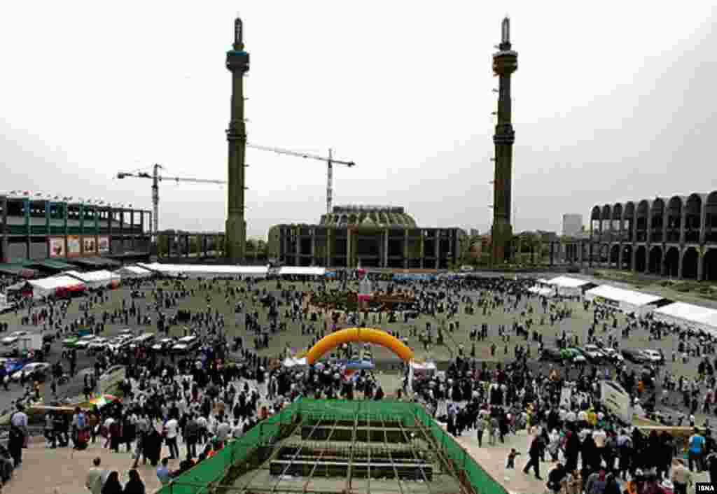 بنای مصلی تهران نیمه کاره است و ساخت و ساز در آن همچنان ادامه دارد.