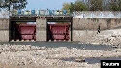 Секция Северокрымского канала недалеко от села Табачное возле Джанкоя, по которому в Крым раньше поступала вода с Украины; 25 апреля 2014 года