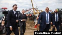 """Сръбският президент Александър Вучич и бившият премиер на България Бойко Борисов проверяват как върви строителството на продължението на газопровода """"Турски поток"""" през България. Снимката е от 1 юни 2020 г."""