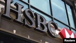 Вывеска на офисе банка HSBC.