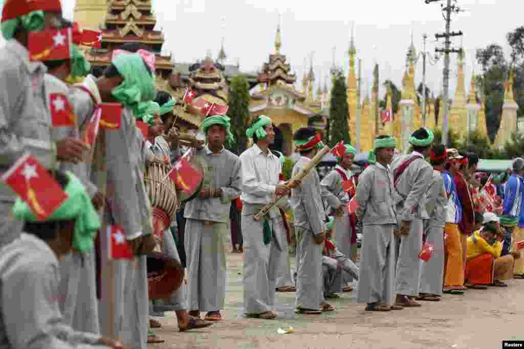 У різних провінціях М'янми поширені свої традиції та етнічні костюми