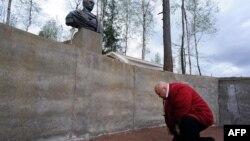 Bustul lui Putin în satul Agalatovo, la cca 30 km de St. Petersburg.