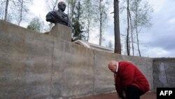 În satul Agalatovo, la cca 30 km de St. Petersburg, cultul lui Putin este, desigur, voluntar (16 mai 2015)
