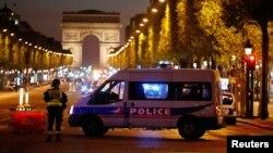 Оцепление на бульваре Елисейские Поля в Париже после вооруженного нападения, 20 апреля 2017 года.