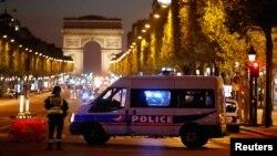 Елисей алаңындағы бульварда тұрған полиция көлігі. Париж, 20 сәуір 2017 жыл
