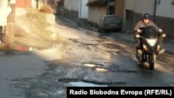 Оштетена улица во Битола.