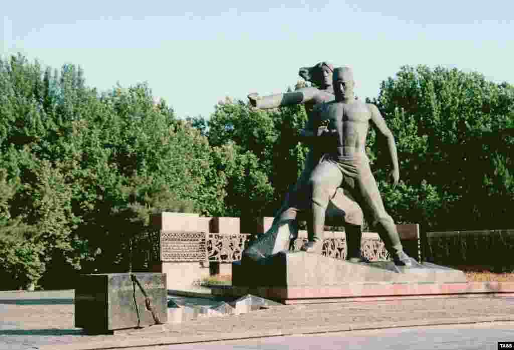 1966 жылы 26 сәуірдегі жер сілкінісінен қаза тапқан адамдарға қойылған ескерткіш.