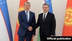 Президенты КР и РУз - Алмазбек Атамбаев и Шавкат Мирзиеев. 5 октября 2017 года.