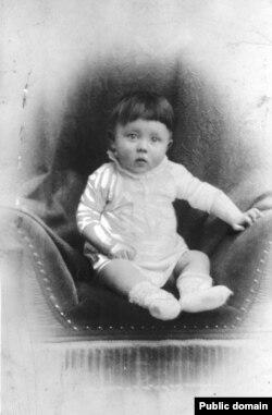 """Фото Гитлера в младенческом возрасте, в которое не смог выстрелить главный герой фильма """"Иди и смотри"""""""