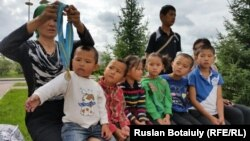 Жеңісгүл Ермұхамет сегіз баласын ертіп Ақорданың алдына келді. Астана, 29 шілде 2015 жыл.