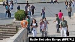 Деца-питачи на Камениот мост во Скопје