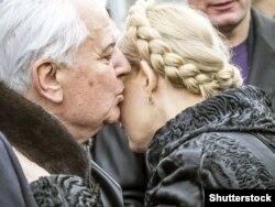 Primul președinte al Ucrainei, Leonid Kravciuk, o sărută pe Iulia Timoșenko eliberată din închisoare