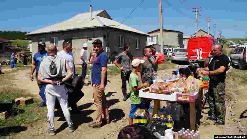 Для пошукових команд обладнали польову кухню, про це повідомила кримська правозахисниця Лутфіє Зудієва. За її словами, люди підвозили велику кількість продуктів