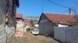 Тесна улица во ромското маaло Баир во Битола.
