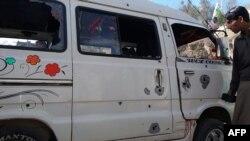 Pamje e minibusit të nxënësve që është sulmuar në Kashmirin e administruar nga Pakistani