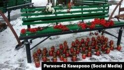 """Мемориал у сгоревшего центра """"Зимняя Вишня"""" в Кемерово"""
