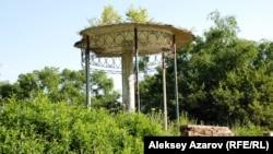 """""""Беседка воздуха"""", сохранившаяся от """"Парка Иссык"""". Казахстан, Алматинская область. 18 июля 2010 года."""