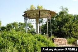 Есік көліне барар жолдағы «Әуе шатыры». Алматы облысы, 18 шілде 2010 жыл.