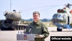 Петр Порошенко выступает перед украинскими военнослужащими, 5 августа 2017