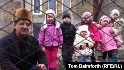 Мудасир Кафодар с внуками. Село Фонтаны-5, Крым, Украина. 2 марта 2014 года.