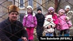 Крымский татарин Мудасир Кафодар с внуками. Село Фонтаны-5, Крым, Украина. 2 марта 2014 года.