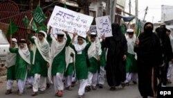 Студенты мусульманской школы Gulshan-E-Madeena в Индии, протестуют против высказывания Папы Римского Бенедикта XVI, в котором он связал ислам с насилием.