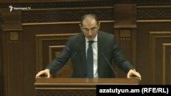 Министр финансов Вардан Арамян в парламенте, Ереван, 6 декабра 2016 г.