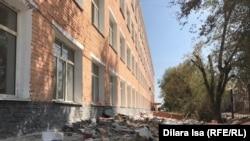 Кучи мусора у здания в Арыси.
