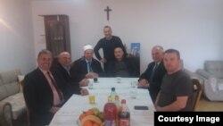 Hoxha Sadri Zekaj gjatë vizitës në një familje katoline për darkën e Krishlindjes