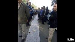به دنبال چند روز اعتراض و راهپیمایی کارگران گروه ملی صنعتی فولاد ایران، استاندار خوزستان گفت: حقوق آذر کارگران پرداخت خواهد شد.