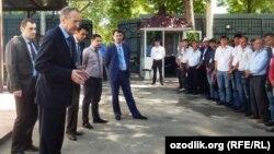 Заместитель директора Вологодского подшипникового завода Виктор Попов встретился с рабочими из Узбекистана.