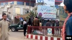 Кундузда ауған полициясының көлігін мініп жүрген талибтер деп сипатталған сурет. 28 қыркүйек 2015 жыл