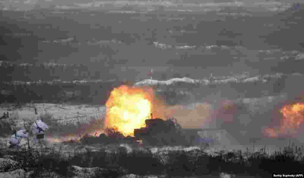 Артилеристи ведуть вогонь по умовному противнику під час бригадних навчань за участі президента України, Чернігівська область, 4 грудня 2018 року ПЕРЕГЛЯНЬТЕ ФОТОГАЛЕРЕЮ