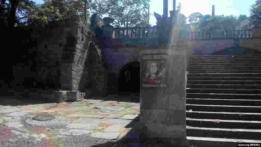 Склеп Деметры, расположенный у подножия Митридатской лестницы, трещина своде которого, по утверждению властей, спровоцировала разрушение достопримечательности