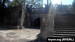 Митридатская лестница и модель склепа Деметры. Архивное фото