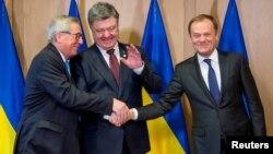 Президент України Петро Порошенко (у центрі) з главою Єврокомісії Жан-Клодом Юнкером (ліворуч) і президентом Європейської ради Дональдом Туском у Брюсселі, 17 березня 2016 року