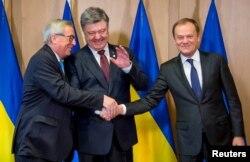 Petro Poroșenko, Jean-Claude Juncker (stânga) și Donald Tusk (dreapta), la Bruxelles, 17 martie 2016