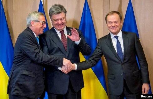 Poroșenko cu președintele Comisiei UE Jean-Claude Juncker și cel al Consiliului European Donald Tusk la Bruxelles, 17 martie, 2016